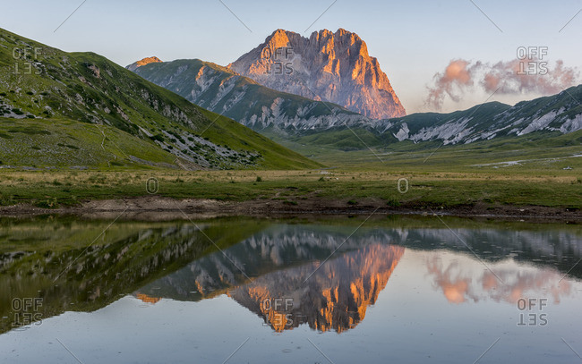 Italy, Abruzzo, Gran Sasso e Monti della Laga National Park, Mt Corno Grande and lake Pietranzoni at sunrise