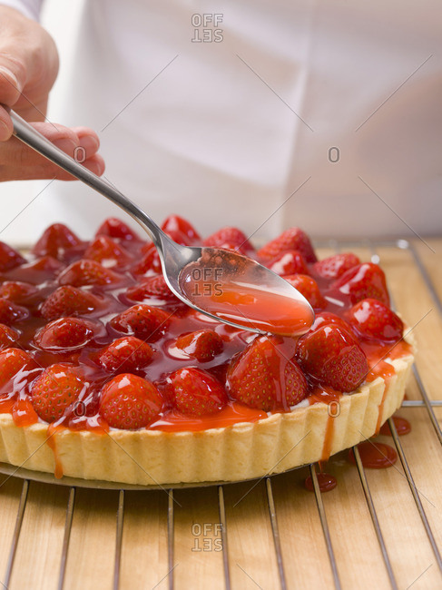 Glazing a strawberry tart - Offset