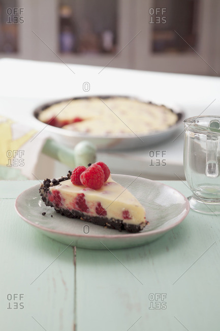 Raspberry tart with white chocolate and a biscuit base
