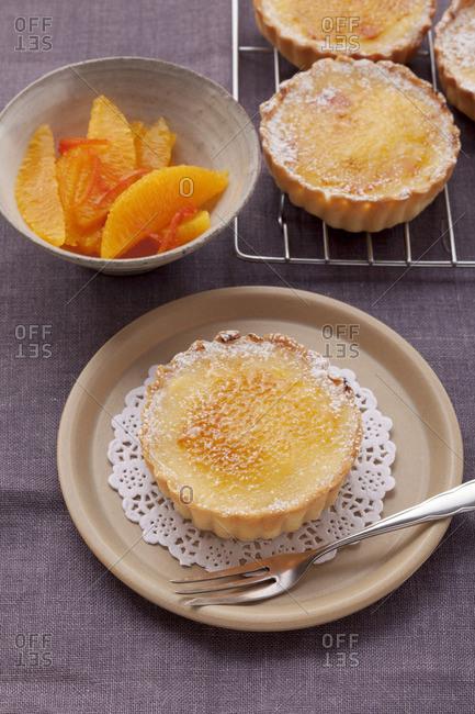 Orange tartlets with a caramelized sugar crust
