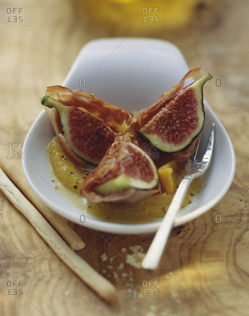 Figs roasted in Serrano ham with orange segments