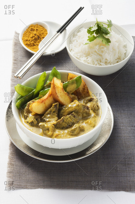 Beef curry with nectarines and rice
