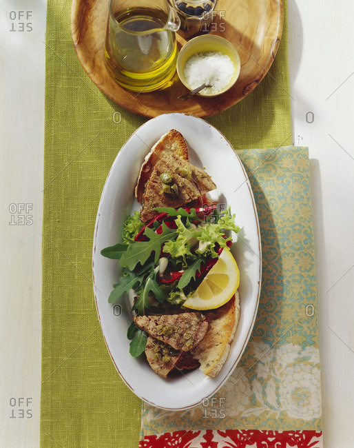 Grilled tuna with capers, bread and salad