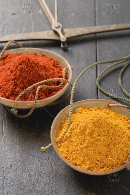 Curry powder and chili powder in scale pans