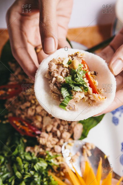 Mixed fig salad with pork and shrimp eaten with rice crackers