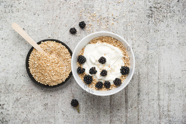 Wholemeal quinoa, popped quinoa with yogurt and blackberries