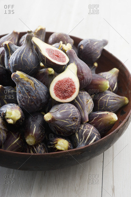 Ripe figs in bowl