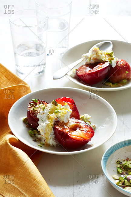 Grilled plums with ricotta