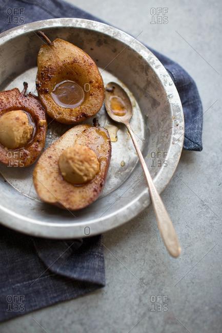 Sauteed sliced pears with maple cream