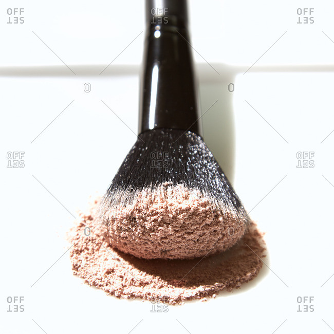 Face powder and makeup brush
