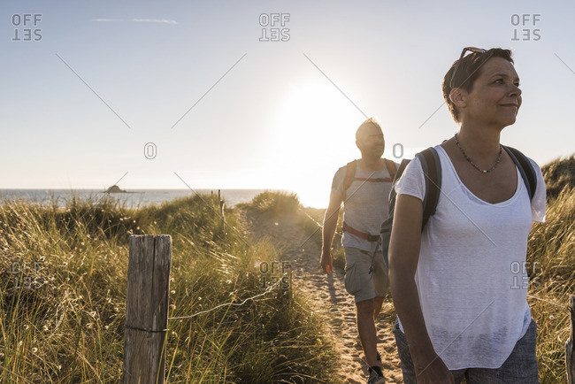 France, Bretagne, Finistere, Crozon peninsula, couple during beach hiking