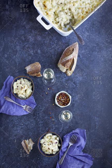 Creamy artichoke mac 'n' cheese served with white wine and bread