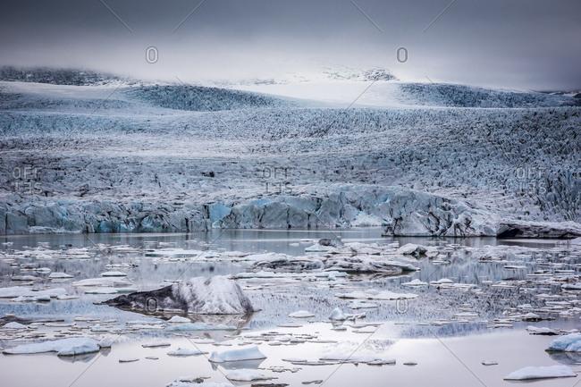 Icebergs floating in the Glacier Lagoon beneath Breidamerkurjokull glacier, Jokulsarlon, Vatnajokull, Iceland, Polar Regions