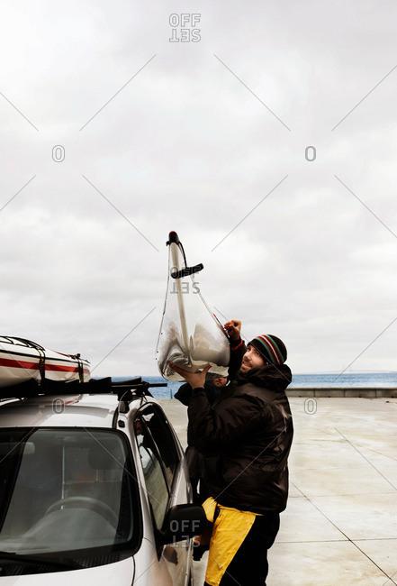 To men Carry Kayak