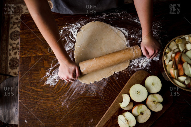 Rolling circle of dough for pie crust