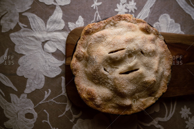 Freshly baked apple pie cooling on table