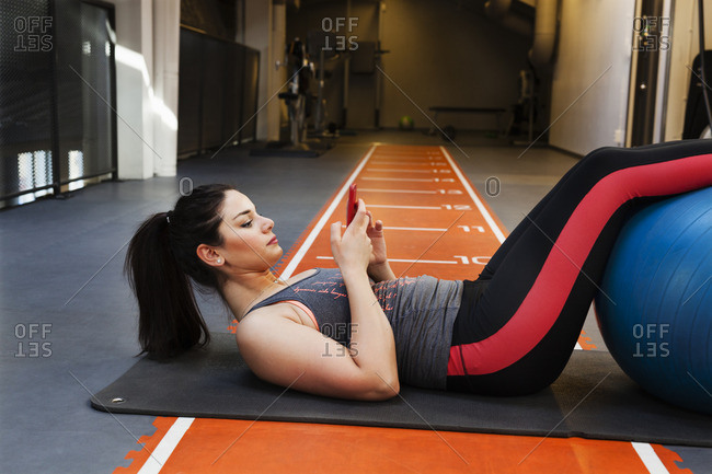 Sweden, Young woman exercising at gym