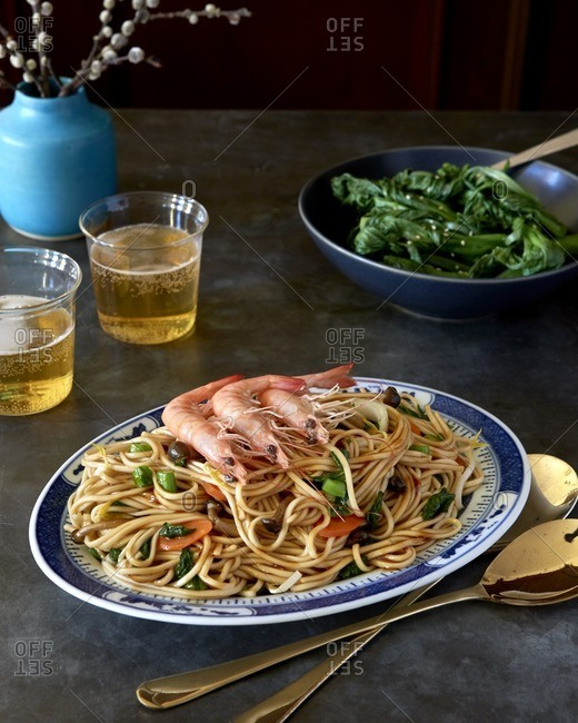 Chinese noodles served with prawns and greens