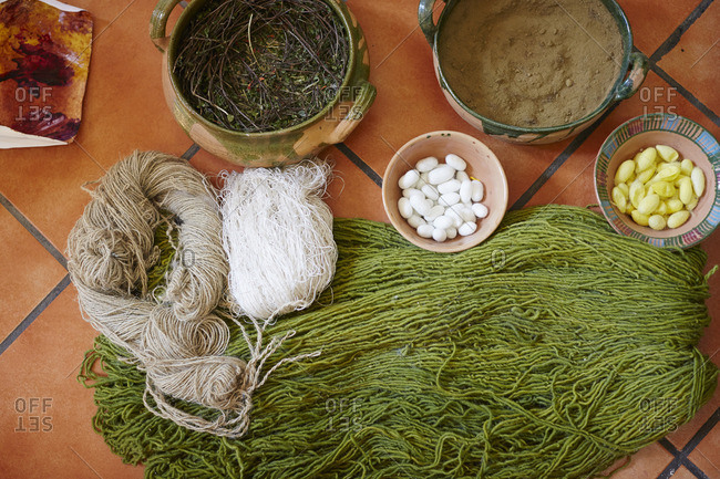 Natural dyeing elements for dyeing yarn