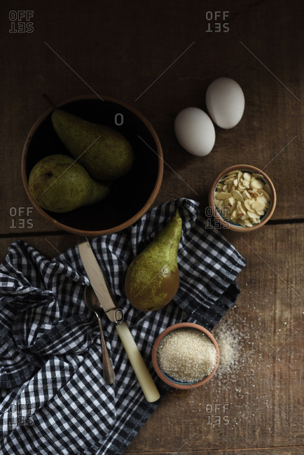 Making a pear pie