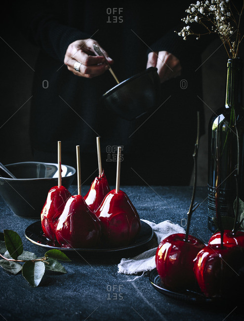 Person preparing candied apples - Offset
