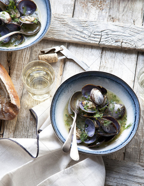 Clams in a bowl with wine