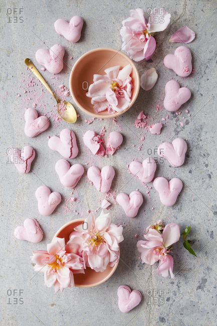 Heart meringues with pink flowers