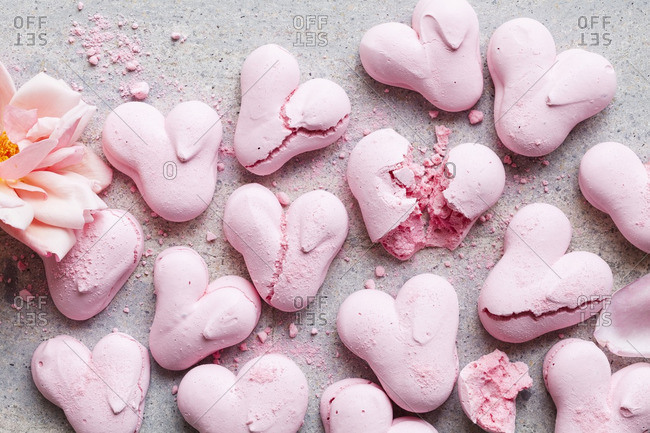 Heart meringue cookies with pink flowers