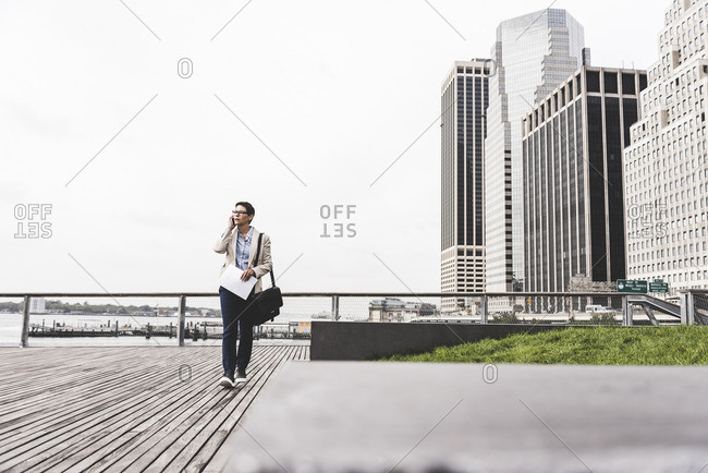 USA- New York- Businesswoman walking in Manhattan