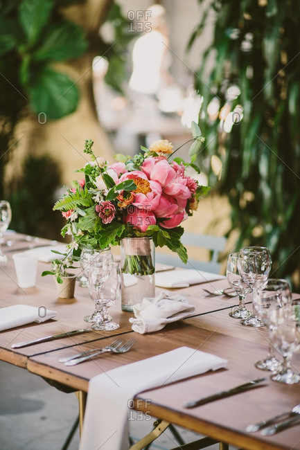 Floral arrangement with pink flowers on a wedding reception table