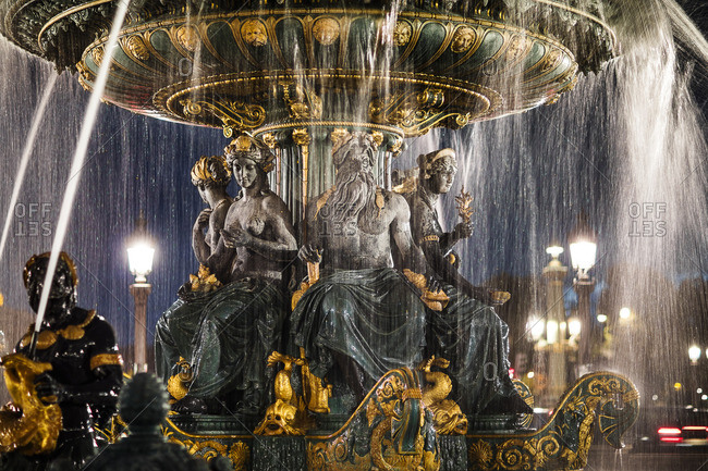 Place de La Concorde,  Fountain statue at night