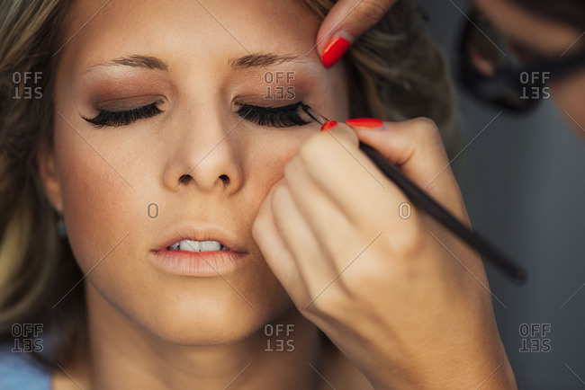 Putting eyeliner on bride
