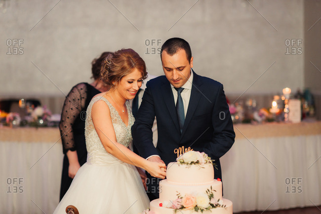 Bridal couple cutting their cake