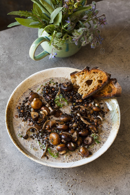 Beluga lentils with bread