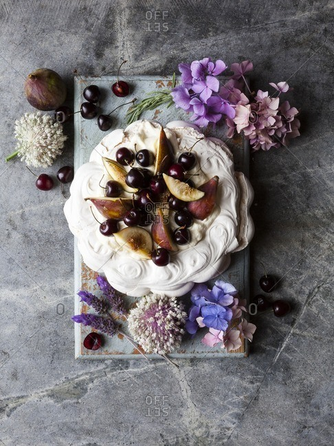 Pavlova with figs on top