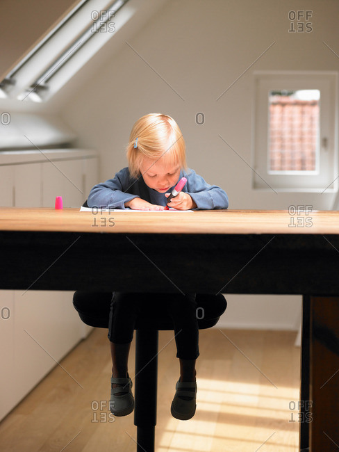 Little girl drawing a picture