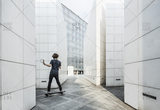 Institute du monde arabe (IMA) (Arab World Institute - AWI, Jean Nouvel architect), skateboarder