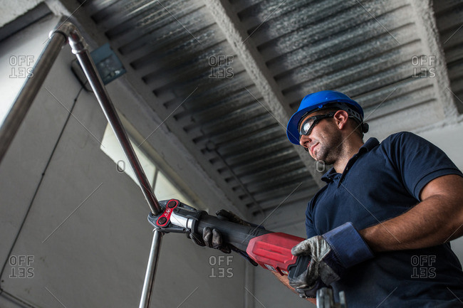 Mechanic joining pipes using an electric crimping tool