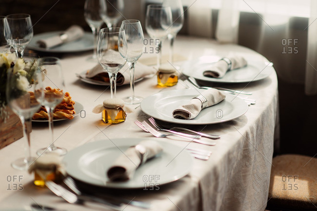 Place settings with honey favors at a wedding reception