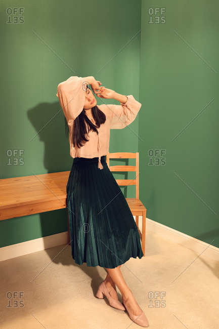 Fashionable young woman leaning on a table
