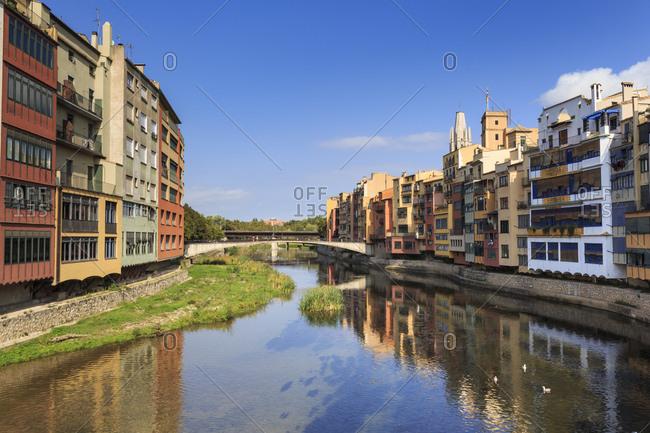 Distinctive historic colourful arcaded houses and Onyar River, Girona, Girona Province, Catalonia, Spain, Europe