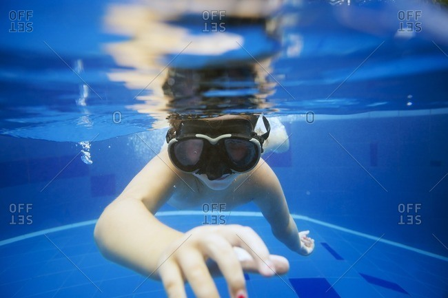 Girl swimming in pool - Offset
