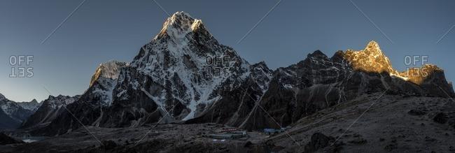 Nepal- Himalaya- Khumbu- Everest region- Cho la- Dzonglha- Cholatse peak