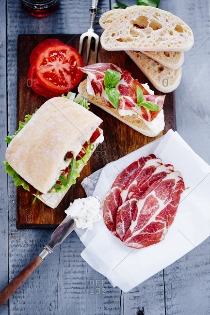 Preparing cured meat sandwiches
