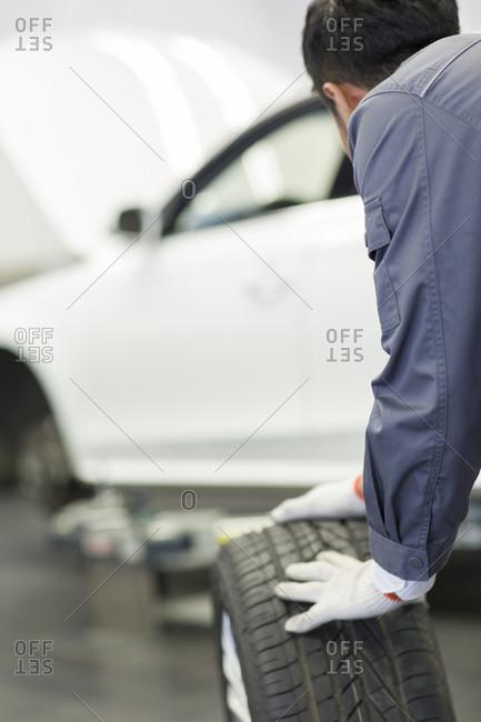 Auto mechanic rolling tire