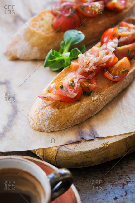 Toasted bread with tomatoes and red onions