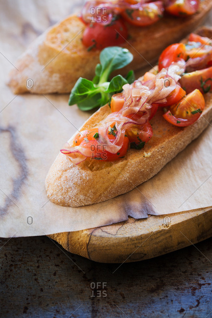 Bread with tomatoes and red onions