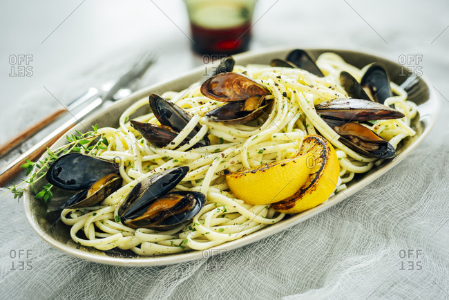Spaghetti noodles with mussels and lemons