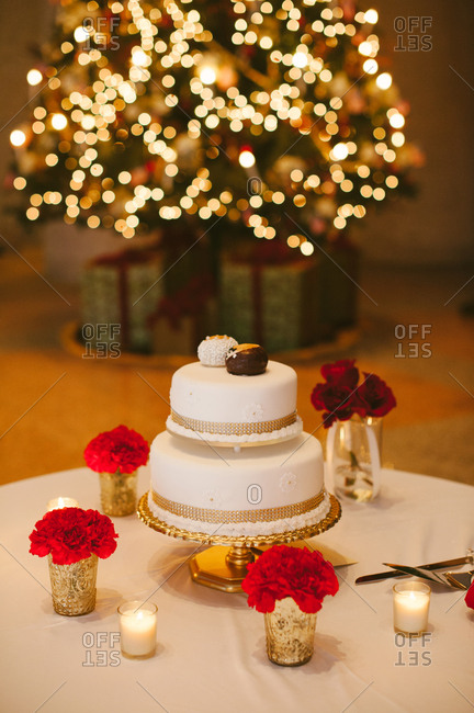 Wedding cake at Christmastime wedding