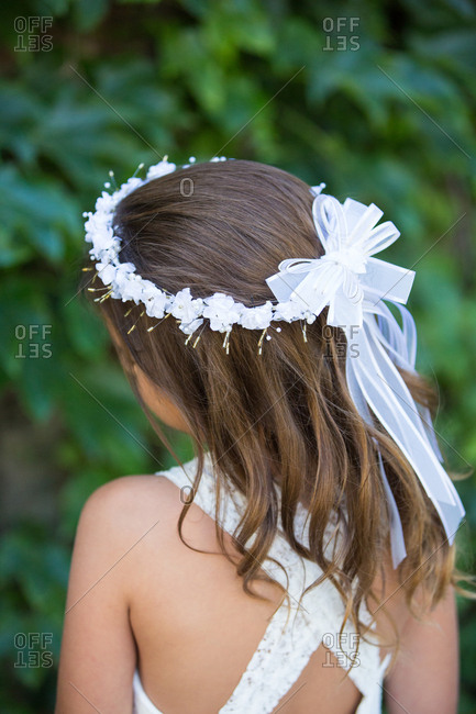 Flower girl wearing a crown of white flowers